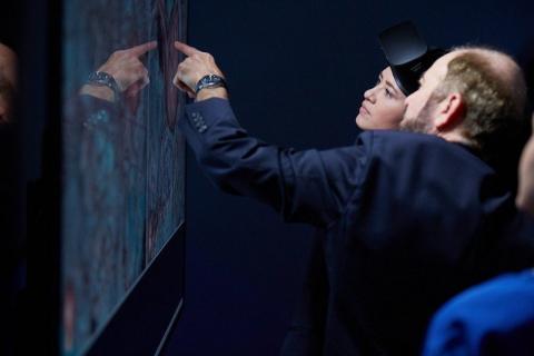 미국 스탠퍼드대학병원은 환자와 가족에게 VR 헤드셋을 쓰게 한 후 수술을 사전에 경험할 수 있도록 안내하고 있다. ⓒ stanfordhealthcare.org