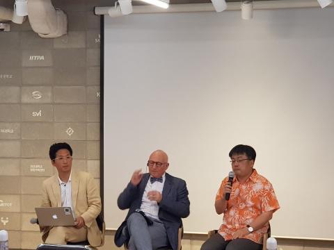 이상욱 한양대 교수(우측)와 박경신 고려대 교수가 가나시아 교수와 함께 대담을 진행했다.  ⓒ 김순강 / ScienceTimes