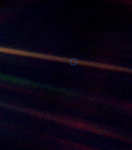 보이저1호가 찍은 '창백한 푸른 점' 지구 (원)