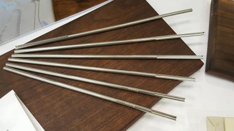 하나연씨가 발명한 스테인리스 빨대는 표면 장력과 모세관 현상을 적용해 두 쪽으로 간편히 분리해 세척하고 반영구적으로 사용할 수 있다.