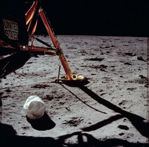 1969년 아폴로 11호의 착륙선 앞에 놓여진 제트백. 그 안에 든 우주인 배설물 속 미생물의 생존 여부에 관심이 모아지고 있다. ⓒ NASA