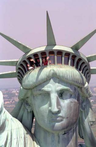 자유의 여신의 제일 꼭대기인 crown 이 얹힌 곳이 바로 coronary suture(관상 봉합)에 해당한다.  ⓒ 위키백과