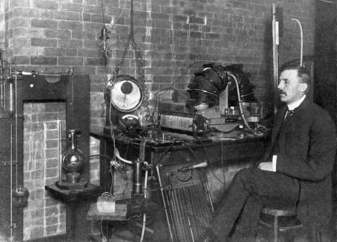 원소의 분열과 방사능 물질의 화학에 관한 연구 업적을 인정받아 1908년 노벨 화학상을 수상한 어니스트 러더퍼드. ⓒ 위키미디어 public domain
