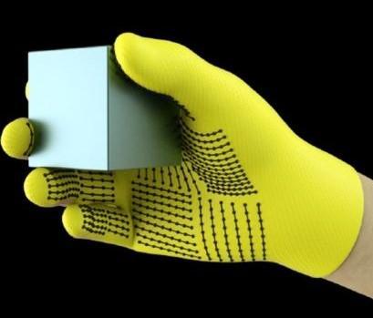 MIT 인공지능연구소에서 개발한 AI 장갑. 548개의 센서가 부착된 이 장갑은 사물의 영상 분석을 통해 외부로부터 촉감을 분석할 수 있는 능력을 지니고 있다. 현재 76%의 정확도를 보이고 있는데 그 능력을 향상시켜나가고 있는 중이다. ⓒMIT