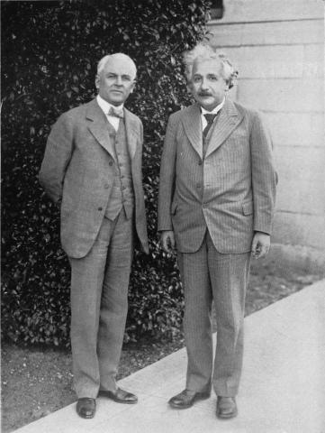 아인슈타인과 나란히 서 있는 1923년 노벨 물리학상 수상자 로버트 밀리컨(왼쪽).  ⓒ public domain