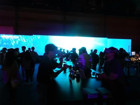마치 어느 '클럽'에 와 있는 듯한 광경. 지난달 30일 부터 3일간 서울 코엑스에서 열린 'VR/AR 엑스포 2019'는 가상증강현실 기술이 보다 생활 속 '재미'로 다가왔다는 느낌을 갖게 했다.