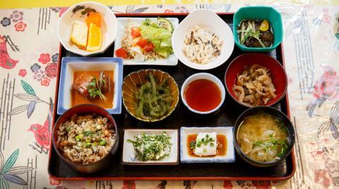 오키나와 전통식을 현대적으로 되살린 식단 © 오키나와 관광청