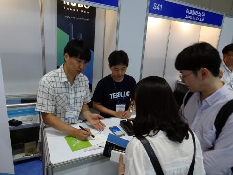 공학도 세 명이 의기투합해 만든 청년 스타트업 테솔로(TESOLLO)'가 개발한 '누보펜'을 시연해보이고 있다. ⓒ 김은영/ ScienceTimes