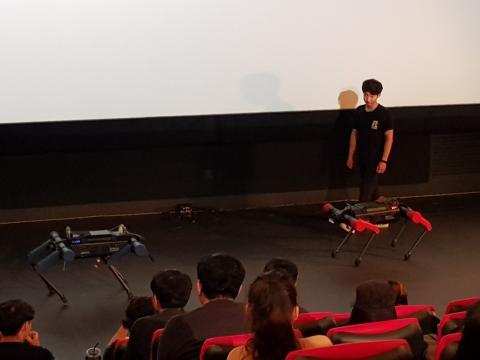 4족 보행로봇 아이딘 레드와 블루가 로봇 토크 콘서트에서 시연행사를 하고 있다. ⓒ 김순강 / ScienceTimes
