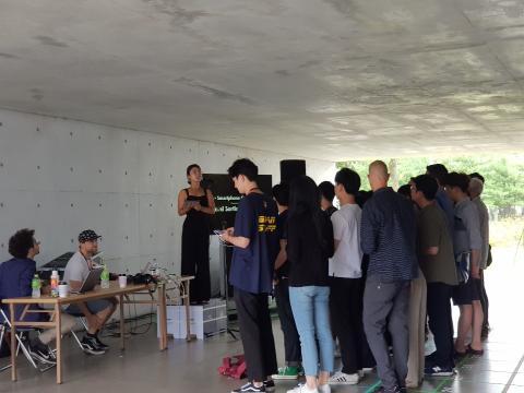 VR체험전에서는 '스마트폰 오케스트라'가 진행됐다. 관객들이 스마트폰을 통해 오케스트라 단원이 되어 함께 연주를 하고 있다.