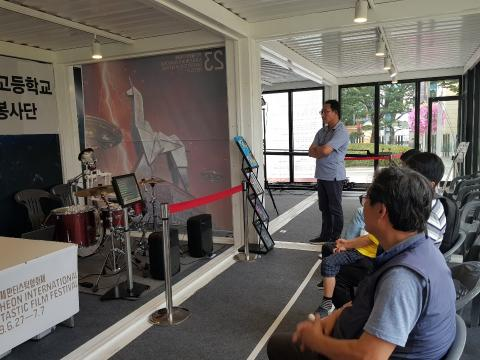 다양한 로봇을 직접 체험할 수 있는 로봇이벤트존에서 드럼을 치는 로봇의 연주를 감상하고 있다. ⓒ 김순강 / ScienceTimes
