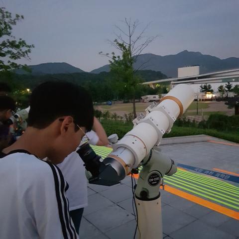 소행성의 날에 참가한 한 초등학생이 망원경을 통해 목성을 관측하고 있다. ⓒ 김승현