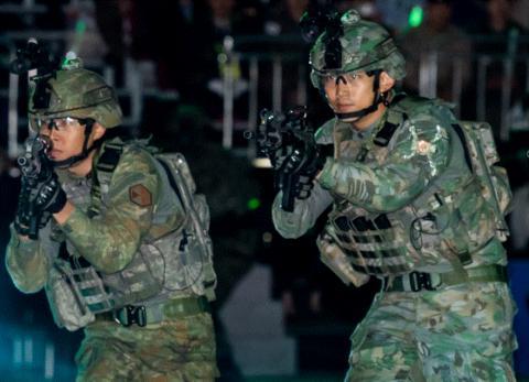 지난해 10월 국군의 날 육군은 워리어 플랫폼으로 무장한 군사훈련 시범 서비스를 선보였다. ⓒ 청와대 효자동 사진관