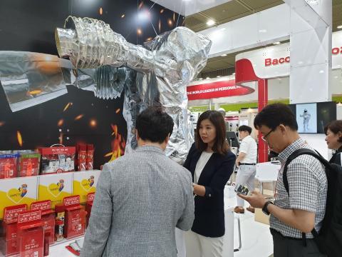 업체 관계자가 로봇 방열복 앞에서 자사의 제품을 소개하고 있다. ⓒ김민아