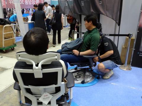 스미스 에스3에서 개발한 '포핏 체어'를 체험하고 있는 참관객들. ⓒ 김은영/ ScienceTimes