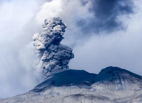 이번 연구에서는 마그마 상승 속도와 이산화탄소 배출 사이에 연관성이 있음이 밝혀졌다. 2017년 페루의 사반카야 화산 분출 모습. Credit: Wikimedia / Galeria del Ministerio de Defensa del Perú