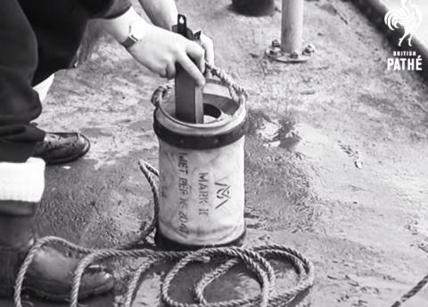 1947년 선박에서 길어올린 바닷물의 온도를 재는 모습.  ⓒ 유튜브 동영상 캡처