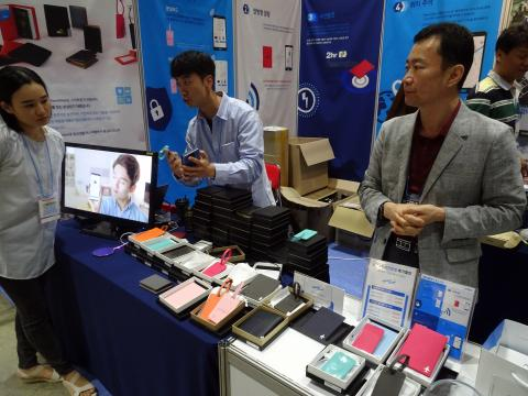 스마트 IoT 업체 더유니파이는 여권 지갑 내부에 전자 태그를 탑재해 스마트폰과 멀어지면 서로를 찾을 수 있는 스마트 분실방지 파우치 '웨어웨어(WHERE WEAR)'를 선보였다.  ⓒ 김은영/ ScienceTimes