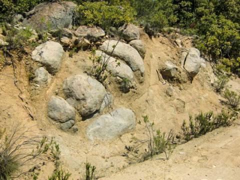 칠레 해안 산맥에서 풍화작용으로 형성된 토양. 토양은 이미 심하게 풍화된 상태지만 화강암 암석들이  CREDIT: F. von Blanckenburg, GFZ