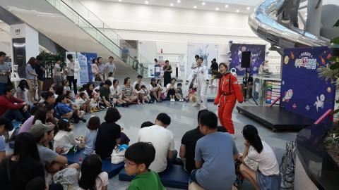 우주대탐험을 주제로 한 뮤지컬 공연을 관람하고 있다. (c) 강한솔 기자