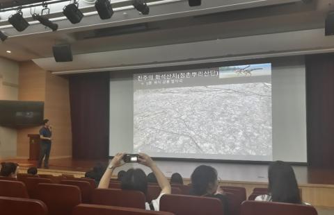 김경수 박사가 아이들에게 공룡 발자국에 대해 소개하고 있다. 강한솔 기자