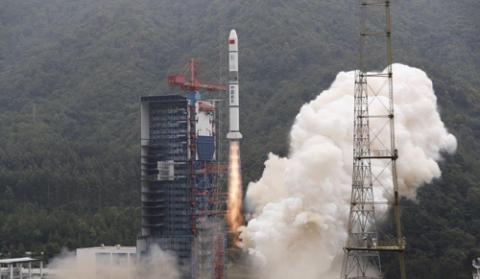 중국 쓰촨성 시창위성발사센터에서 발사되는 창정 2C 로켓 ⓒ 신화통신 사진 캡처