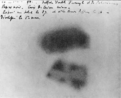 방사능의 발견.베크렐의 책상 속에서 우라늄 광석으로 감광된 사진 건판. ⓒ 위키백과