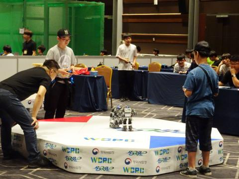 'DAPA 로봇 경연대회'에 경기를 펼치고 있는 미니 휴머노이드 로봇들. ⓒ 김은영/ ScienceTimes