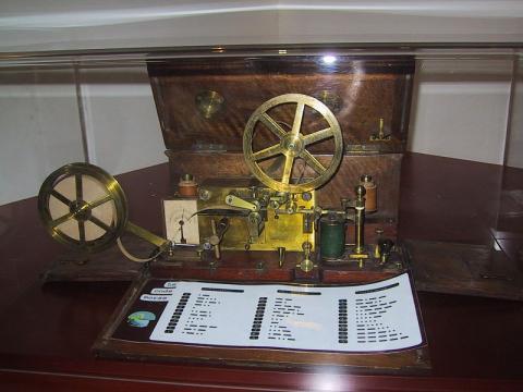 모스가 1837년에 최초로 발명한 전신기