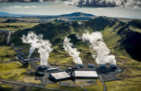 아이슬란드의 수도인 레이캬비크에 전기와 열을 공급하는 헬리셰이디 지열발전소는 사용하는 증기에서 이산화탄소를 추출해 암석으로 바꾸는 정화기술을 도입했다. ⓒ Arni Saeberg(CarbFix)