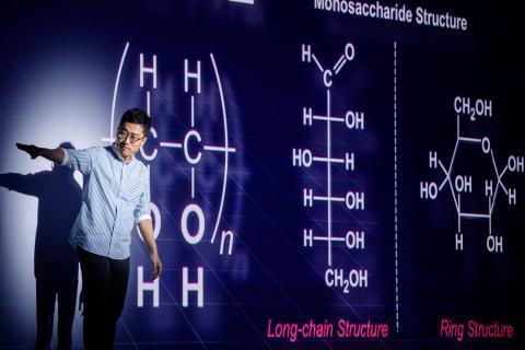 김상욱 교수가 '물질에서 생명으로의 변신'을 주제로 강연했다.
