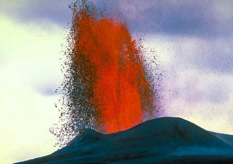 지각과 맨틀 경계에서 마그마가 저장되는 시간은 지표로 올라오는 시간을 계산하는데 도움을 준다는 연구가 나왔다. 1983년 하와이 화산 폭발 당시 용암이 솟아오르는 모습. Credit: Wikimedia / J.D. Griggs