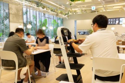 식당서 서빙하고 있는 자율주행 로봇 ⓒ 연합뉴스
