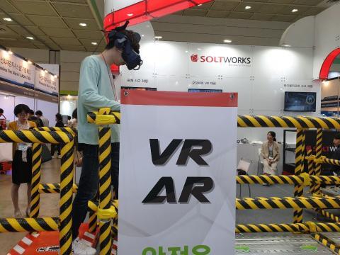 추락과 낙하물, 그리고 감전과 리프트 등의 VR 안전 체엄을 하고 있는 참가자ⓒ김민아