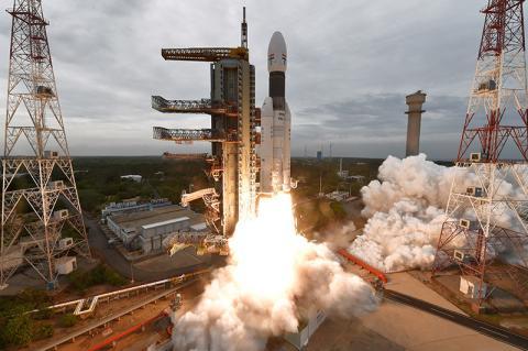 찬드라얀 2호를 탑재한 GSLV Mk-III 발사체가 이륙하고 있다. © ISRO
