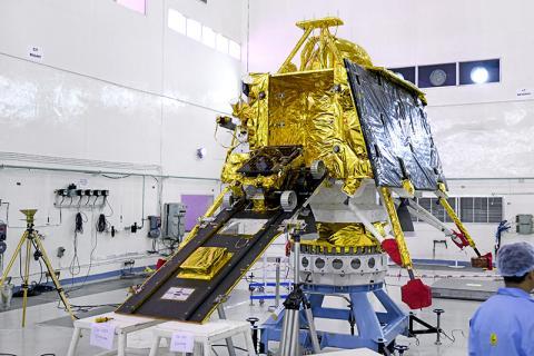 착륙선 측면에 탑재된 프라기안 달 탐사 로버 © ISRO
