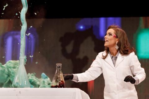 자신의 전공을 살려 '과학 실험' 퍼포먼스를 진행하는 슈리어의 모습.  ⓒ courtesy of Miss Virginia Organization