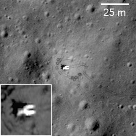 구소련의 루나 17호 착륙지점. 주변에 루노호트 1호 로버가 이동한 흔적이 보인다. © NASA/LRO