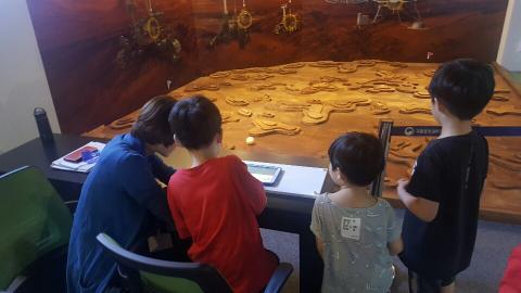 아이들이 화성 탐사로버 체험을 하고 있다. ⓒ정현섭/ScienceTimes