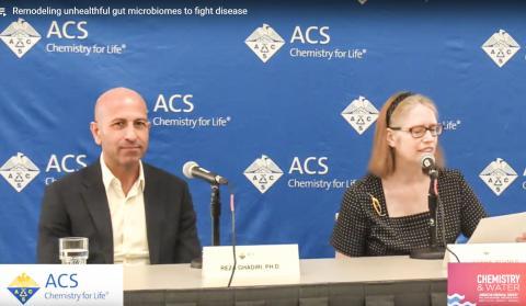 미국화학회 가을 학술대회에서 연구 발표 기자회견을 하는 스크립스 연구소 가디리 교수(왼쪽). 동영상 캡처.  Credit: American Chemical Society (ACS)