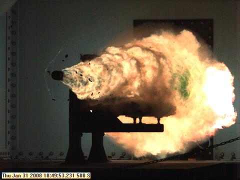 2008년 미 해군이 실시한 레일건 시험 발사 모습. 화약식 총포로는 꿈도 못 꿀 만큼 빠른 포구 초속과 긴 사거리가 가능하다. ⒸUS NAVY