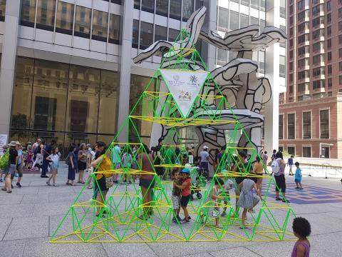 포디 프레임으로 거대한 시에르핀스키 삼각형 구조물을 만들어낸 아이들이 기뻐하고 있다. ⓒ (주)포디랜드
