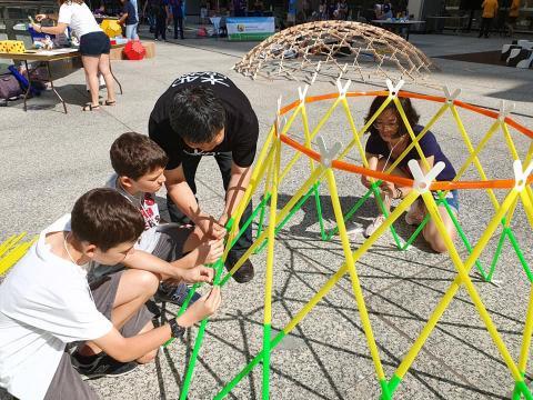 아이들을 대동한 뉴욕 시민들의 적극적인 참여로 만들어진 구조물들이 하나둘 모습을 드러내고 있다. ⓒ (주)포디랜드