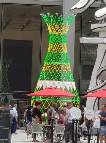 17일 뉴욕 맨해튼 28번가에 거대한 와카 워터 조형물이 들어섰다. (주)포디랜드