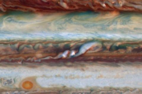 목성 남적도띠의 흰색 구름 2개(중앙)와 띠의 흐름이 방해받는 장면  ⓒ UC 버클리 I. 드 파테르 등