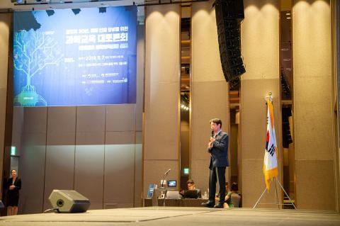 송진웅 교수가 '미래세대 과학교육표준 발표'를 진행하고 있는 모습  Ⓒ 한국과학창의재단