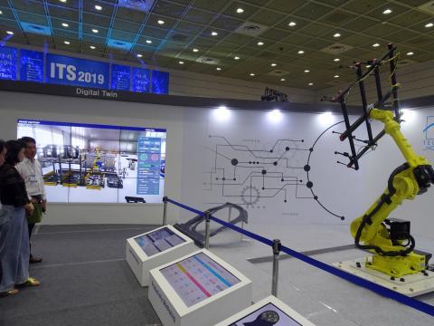 텔스타-홈멜은 경주 공장과 서울 전시장의 로봇을 디지털 트윈으로 원격 제어해 컨트롤하는 모습을 시연해 보였다.  ⓒ 김은영/ ScienceTimes