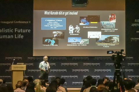 카네기멜론대 로봇공학 연구소의 타케오 카나데 교수가 최근 AI를 적용한 자율주행차 기술에 대해 강연하고 있다. 그는 최근 개발되고 있는 차량이 인간의 능력을 넘어 초능력화되고 있다고 설명했다. ⓒ 이강봉 / ScienceTimes