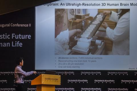 MIT 화학과의 정광훈 교수가 3차원 뇌신경 지도를 개발하고 있는 과정을 설명하고 있다. 정 교수의 연구 프로젝트는 '사이언스' 지를 통해 '10대 연구'로 선정된 바 있다. ⓒ 이강봉 / ScienceTimes