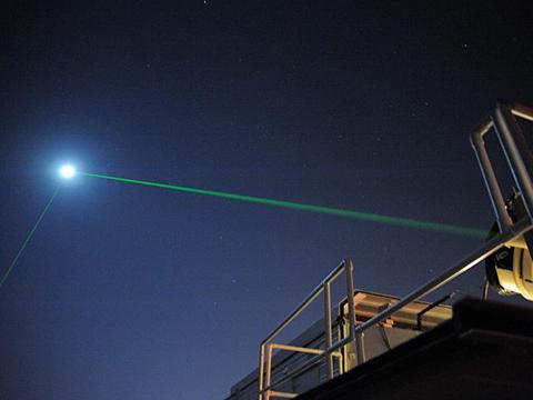 고다드 우주센터에서 LR3에 레이저를 반사하는 실험 모습 © NASA